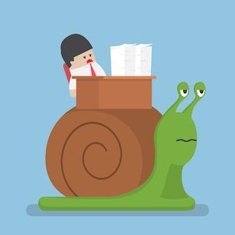 Biznesmen powoli pracuje na ślimaku