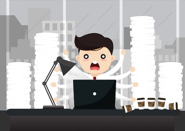 Biznesmen pracuje na komputerze przy nocą w ciemnym biurze.