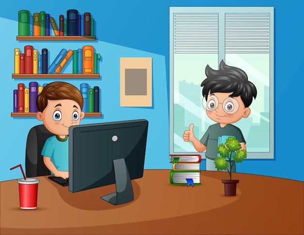 Biznesmen pracuje przy biurku