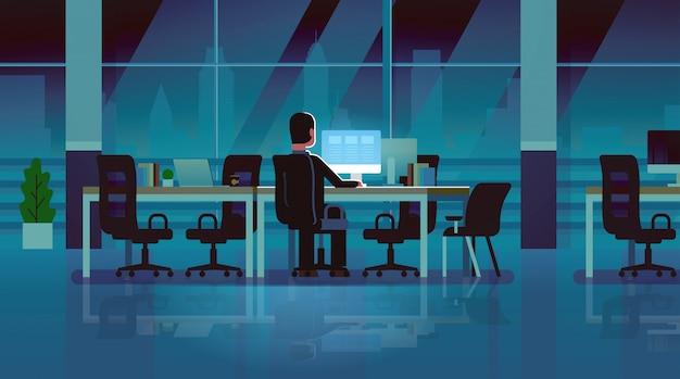Biznesmen pracy komputera późno w nocy