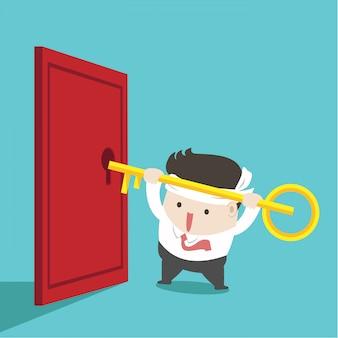 Biznesmen próbuje odblokować drzwi.