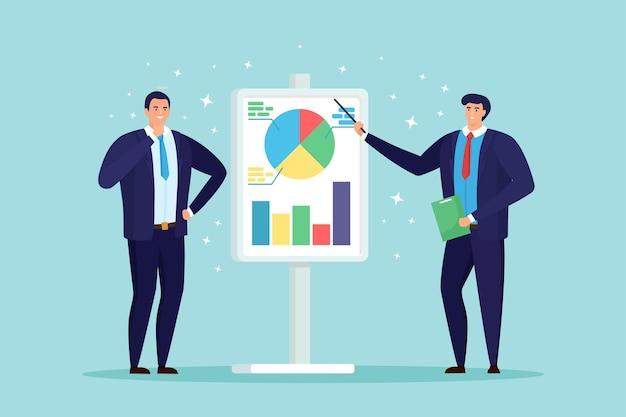 Biznesmen przedstawiający projekt marketingowy na tablicy prezentacji wyjaśniający wykresy. seminarium biznesowe
