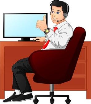 Biznesmen przy biurku i kciuki do góry