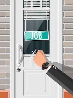 Biznesmen ręcznie puka do drzwi biura znakiem wakat. poszukiwania pracy. zatrudnianie, rekrutacja. zarządzanie zasobami ludzkimi, poszukiwanie fachowej kadry, praca. znaleziono właściwe cv. płaska ilustracja wektorowa