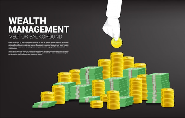Biznesmen ręka chwyta monetę od sterty pieniądze.