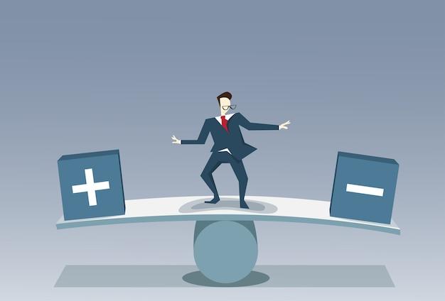 Biznesmen równoważenia między plus i minus biznes