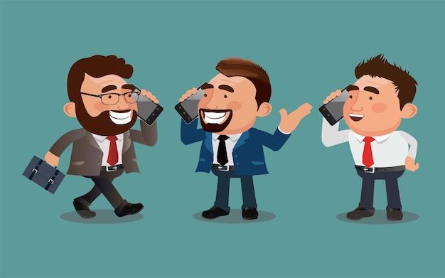 Biznesmen rozmawia przez telefon w różnych pozach