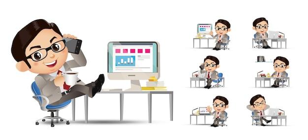 Biznesmen set biznesmeni siedzący przed jego stołem