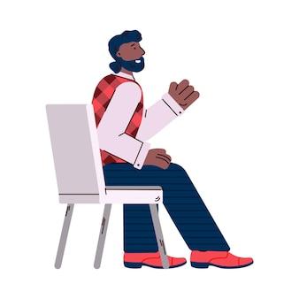 Biznesmen siedzi i słuchanie prezentacji na białym tle