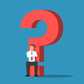 Biznesmen siedzi na podstawie znaku zapytania. koncepcja problemu biznesowego.