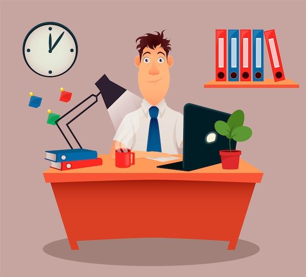 Biznesmen siedzi przy stole, pracuje z laptopem