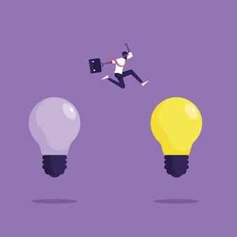 Biznesmen skacze od starego do nowego pomysłu na żarówkę