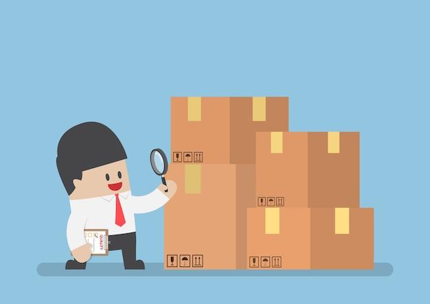 Biznesmen sprawdzania jakości produktów