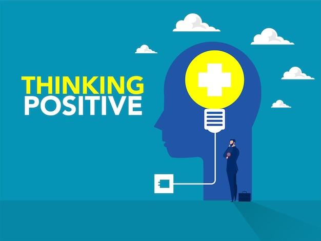 Biznesmen stoi myślenia dea z żarówką na ludzkiej głowie pojęcie pozytywnego myślenia