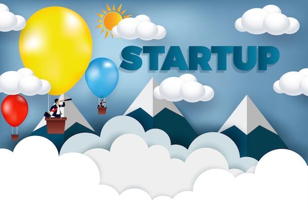 Biznesmen stoi na balonie kolorowym na niebo, kreatywnie pomysł