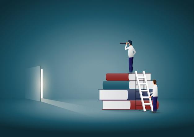 Biznesmen stoi na szczycie książek i szuka rozwiązania.