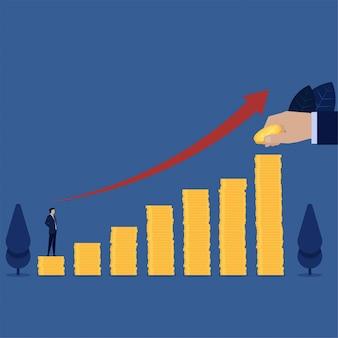 Biznesmen stoi nad stosem monet, patrz kolejny krok do rozwoju kariery.