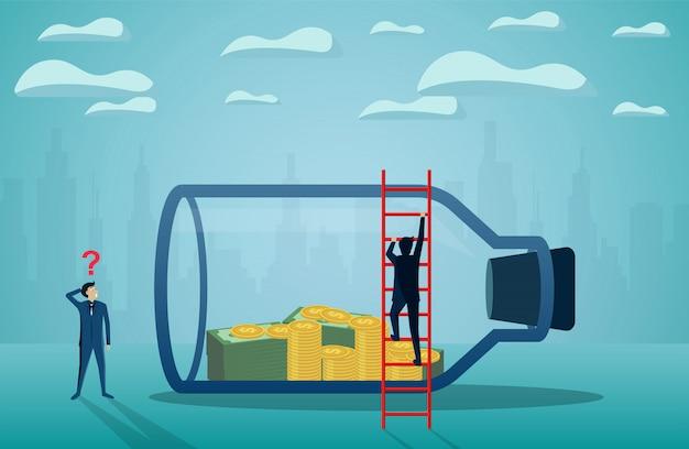 Biznesmen stoi patrzeć pieniądze w szklanej butelce