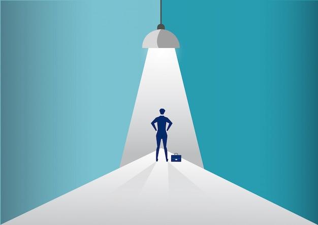 Biznesmen stoi w centrum uwagi lub reflektor szuka nowych możliwości kariery. ilustracja.