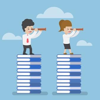 Biznesmen, stojąc na książki i patrząc przez teleskop, wiedza, edukacja i koncepcja wizji