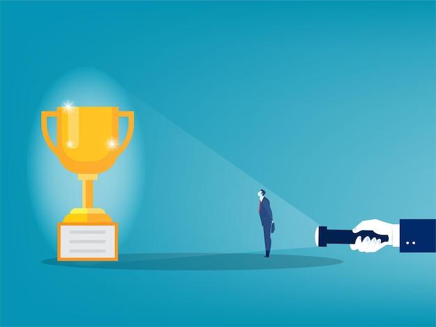 Biznesmen szuka dużego cienia nagrody od ilustratora koncepcji latarki