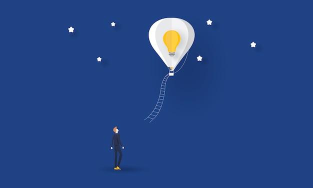 Biznesmen szuka pomysłu, koncepcji biznesowej