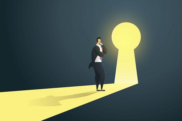 Biznesmen trwanie myślący blisko keyhole drzwi w ścianie dziura przy światłem spada.