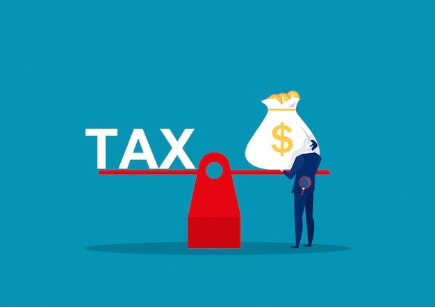 Biznesmen trzyma dużego worka pieniądze dla szalkowego płaci podatek