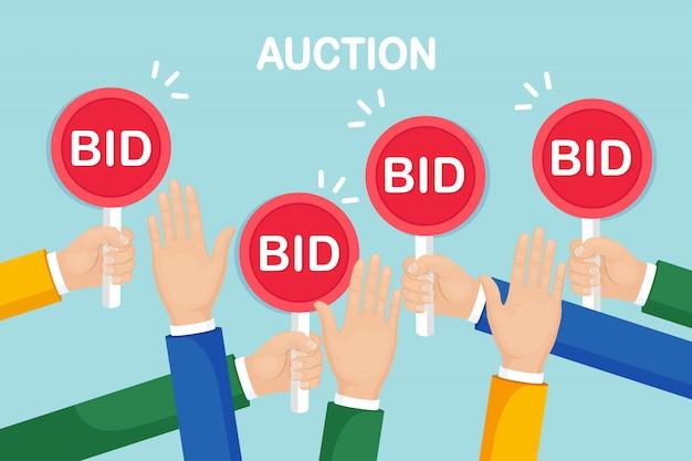 Biznesmen trzymać wiosło aukcji w ręku. licytacja, koncepcja konkurencji aukcyjnej.