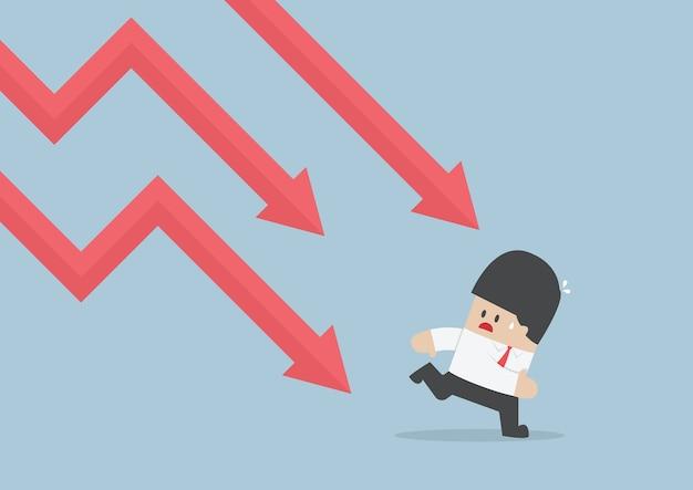 Biznesmen ucieka przed spadającym wykresem, downtrend