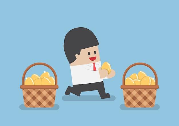 Biznesmen umieszcza złote jajka w koszach