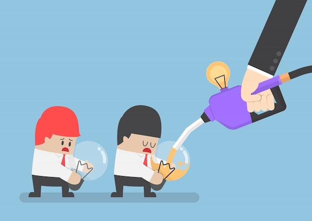 Biznesmen uzupełnia paliwo pomysłu