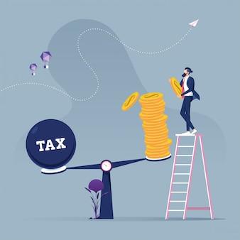 Biznesmen używa monet balansujących z podatkiem na skale