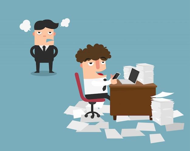 Biznesmen używa telefon komórkowego przy pracą za jego biurkiem podczas gdy gniewny dyrektor stoi, ilustracja