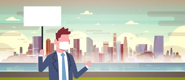 Biznesmen w masce z pusty znak z zanieczyszczonego miasta
