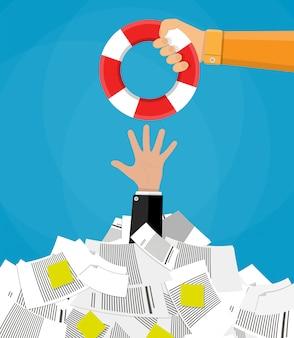 Biznesmen w stos dokumentów uzyskiwanie koło ratunkowe