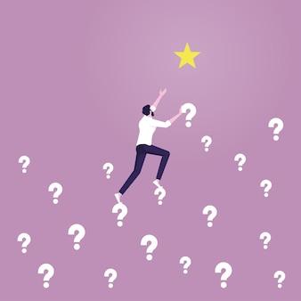 Biznesmen wspina się po znaku zapytania, aby dotrzeć do gwiazdyrozwiąż problem, aby osiągnąć cel
