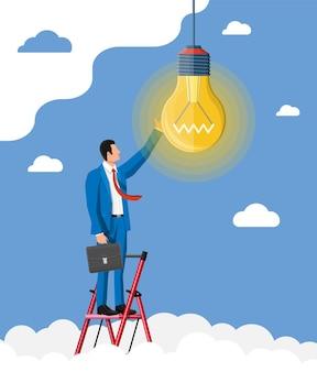 Biznesmen z biefcase na drabinie tworzy nowy pomysł. koncepcja kreatywnego pomysłu lub inspiracji, rozpoczęcie działalności gospodarczej. szklana bańka ze spiralą w płaskim stylu. ilustracja wektorowa
