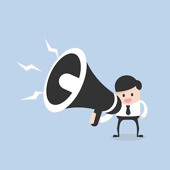 Biznesmen z dużym głośnikiem