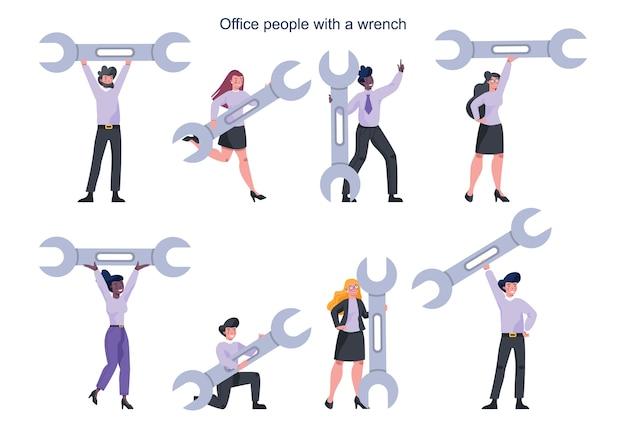 Biznesmen z kluczem w ręku. koncepcja wsparcia i serwisu.