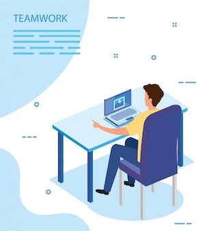 Biznesmen z laptopem w miejscu pracy
