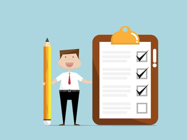 Biznesmen z listy kontrolnej papierem na klamerki desce