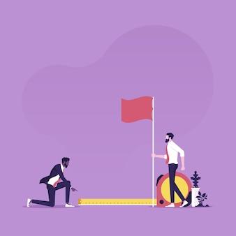 Biznesmen za pomocą taśmy mierniczej do pomiaru odległości od flagi docelowej, jak daleko od celu biznesowego