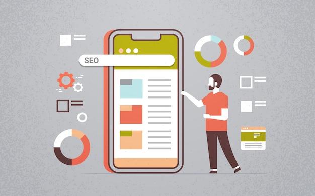 Biznesmen za pomocą wyszukiwarki seo aplikacji mobilnych