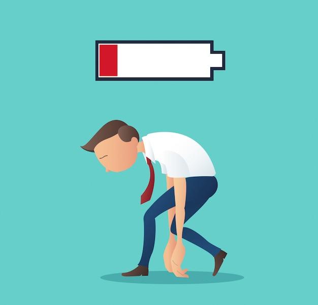Biznesmen zmęczony pracą z niskim poziomem naładowania baterii