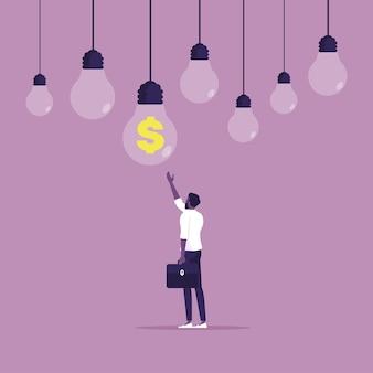 Biznesmen znajduje wiszącą żarówkę pomysłu na finanse i rozwiązanie ze znakiem dolara