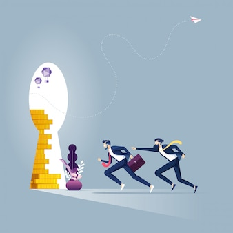 Biznesmena bieg w dziurkę od klucza z złotą monetą