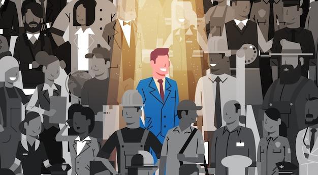 Biznesmena lider wyróżnia się od tłumu osoby, światło reflektorów zatrudnia rekrutacja zasobów ludzkich kandydata grupy ludzi biznesu drużynowego pojęcie