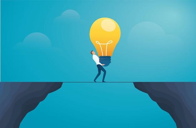 Biznesmena mienia lightbulb i krzyż góra