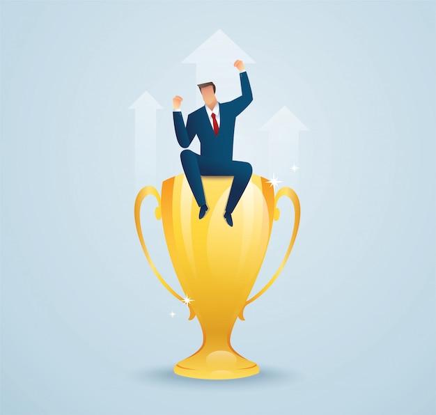 Biznesmena obsiadanie na złocistym trofeum